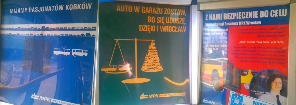 """Dwa plakaty kampanii """"MPK Miasto Przeciwko Korkom"""" oraz informacja o klimatyzacji"""